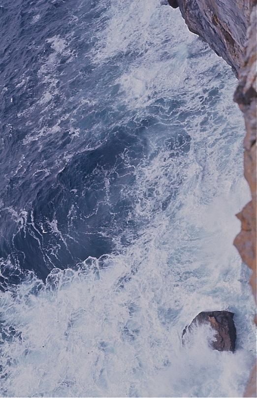 ドゥーンエンガスの断崖から俯瞰した淵/アラン島、アイルランド