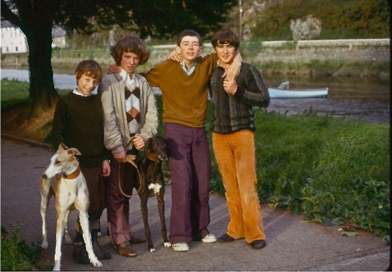 町の子供たちと犬/イニスコージー、アイルランド